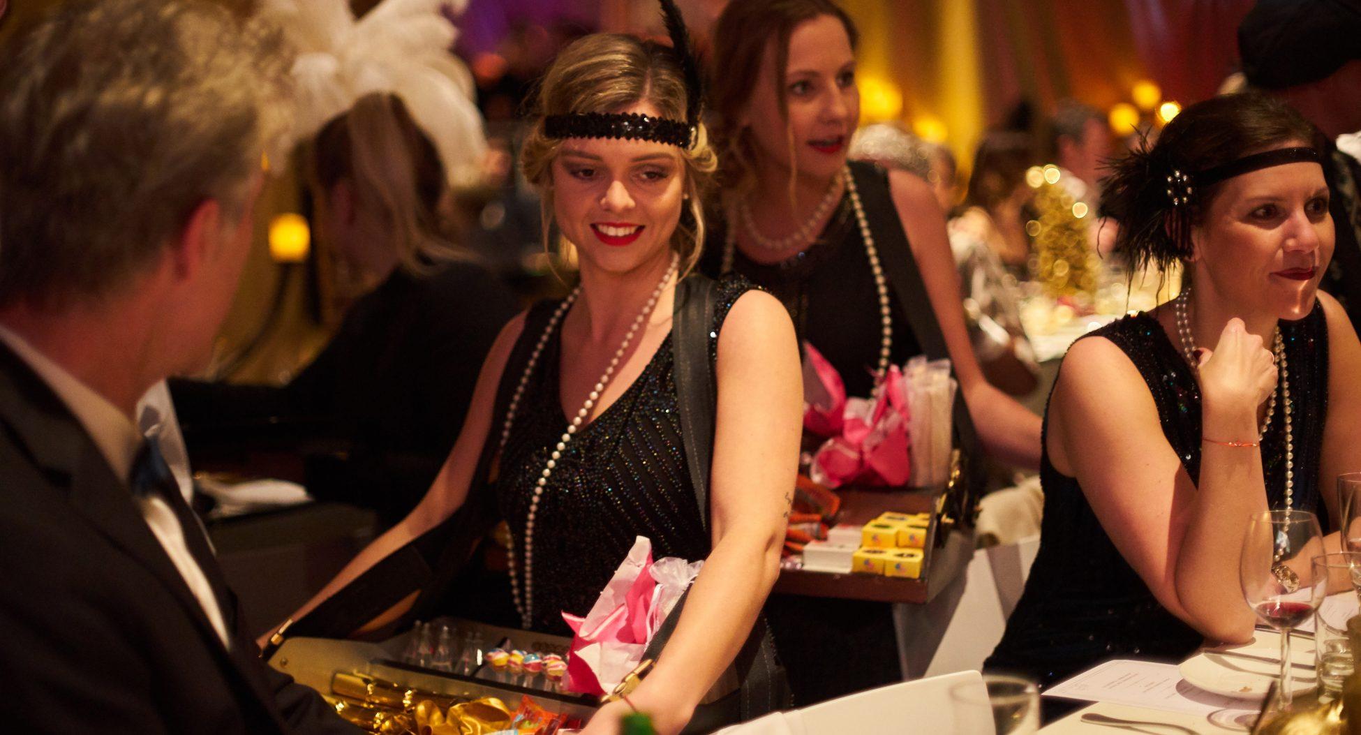 Candy-Girls der 20er Jahre - Bauchladen-Mädchen für Events